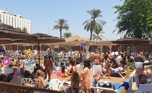צפיפות בבריכה במלון בטבריה  (צילום: ערן באשי, mako חופש)