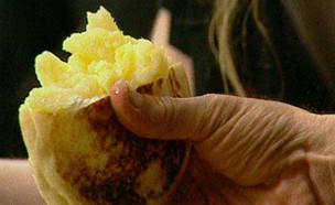 תפוחי אדמה בפיתה (תמונת AVI: mako)