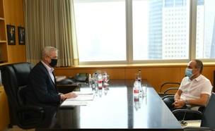 """שר הביטחון בני גנץ בפגישה עם פרויקטור הקורונה גמזו (צילום: חורחה נובמינסקי, לע""""מ)"""