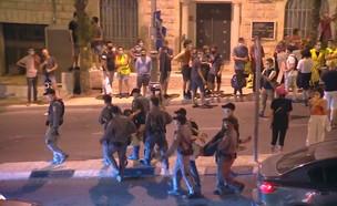שוטרים מפנים מפגינים מבלפור (צילום: N12)