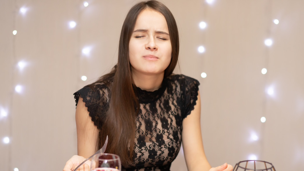 אישה אוכלת (צילום: Tikhonova Yana, shutterstock)