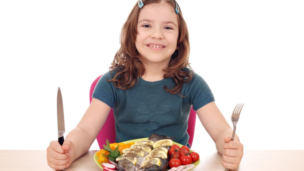 ילדה אוכלת דג (צילום:  risteski goce, shutterstock)