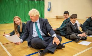 ראש ממשלת אנגליה, ג'ונסון, משתעשע עם תלמידים בלונד (צילום: רויטרס)
