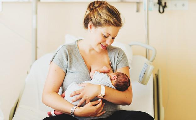 אמא טריה מניקה תינוק בבית החולים לאחר לידה (אילוסטרציה: Anna Nahabed, shutterstock)