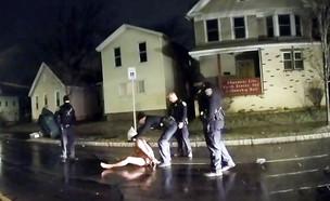 אלימות משטרתית נגד גבר שחור (צילום: AP)