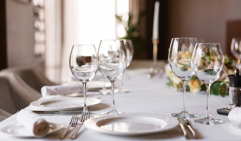 כוסות יין, שולחן חג (צילום:  Fusionstudio, Shutterstock)