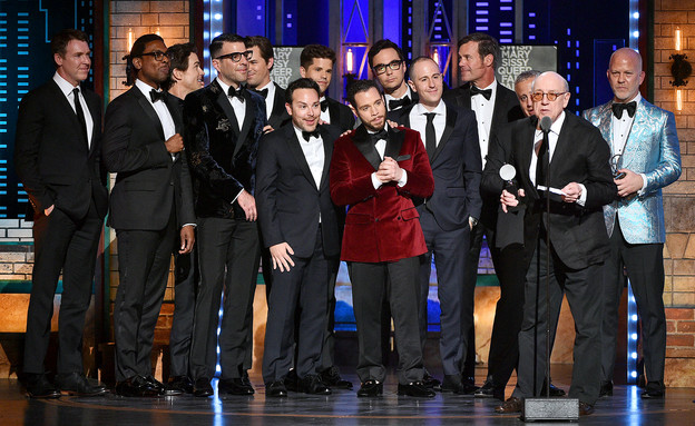 """צוות """"נערים בחבורה"""" מקבל את פרס גלובוס הזהב (צילום: Theo Wargo, Getty Images)"""