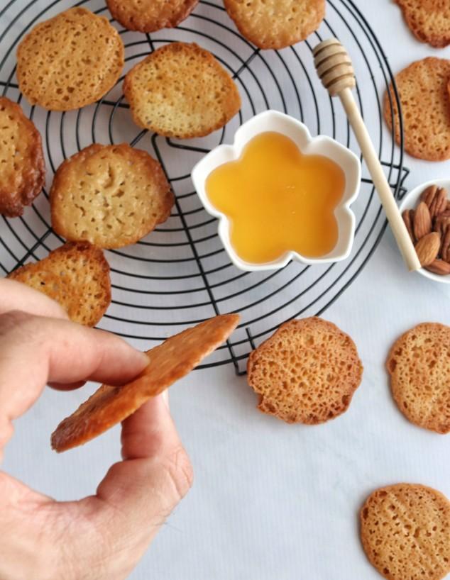 עוגיות דבש דקיקות על רשת צינון
