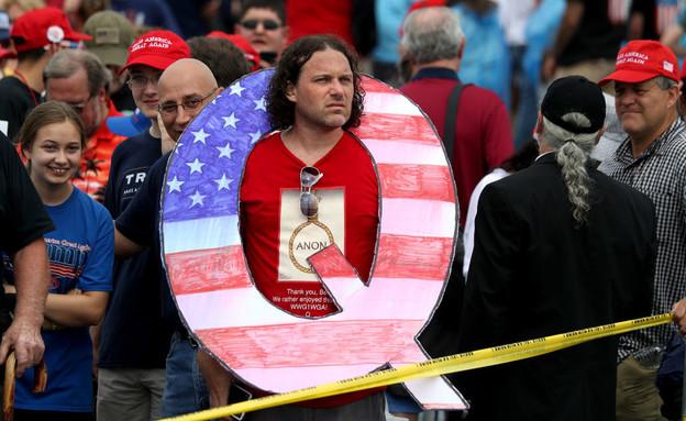 תומך QANON בעצרת של טראמפ, אוגוסט 2018 (צילום: Rick Loomis/Getty Images)