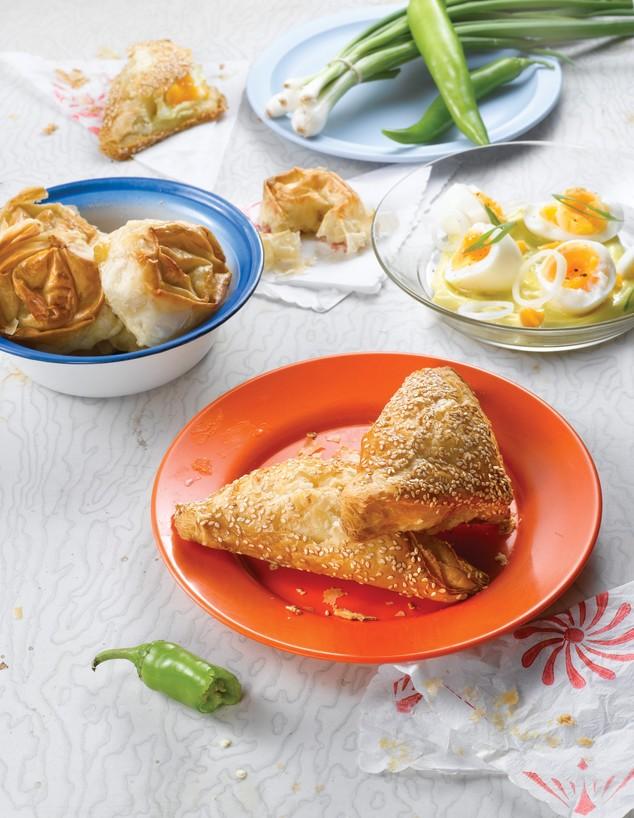 בורקס גבינה (צילום: מטבח ישראלי, על השולחן, מטבח ישראלי, הוצאת על השולחן)