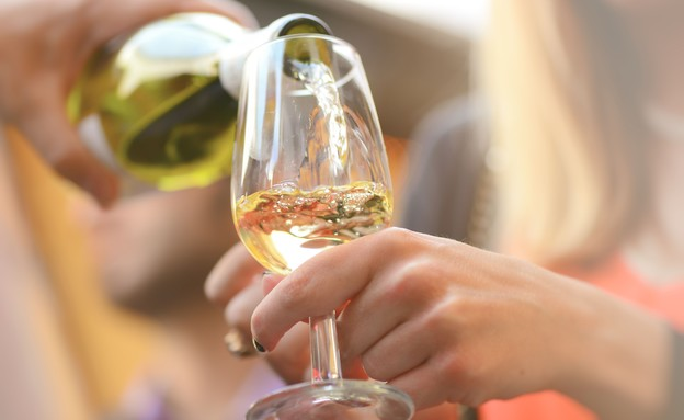 מוזגים יין לבן  (צילום: shutterstock_By serenarossi)