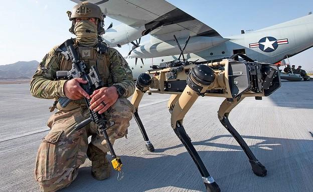 לוחם זר וחבר (צילום: Tech. Sgt. Cory D. Payne/USAF)
