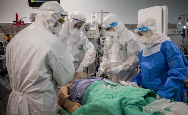טיפול רפואי במחלקה לקורונה (צילום: נתי שוחט, פלאש 90)