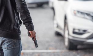 גבר עם אקדח (צילום: shutterstock | May_Chanikran)
