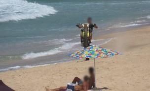 אופנוען שהשתולל בחוף הים באשדוד  (צילום: דוברות המשטרה)