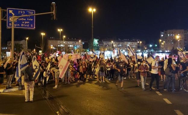 המפגינים חוסמים את צומת כביש בגין בירושלים (צילום: N12)