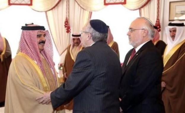 הרבנים האייר וקופר עם המלך חמד אל-חליפה בבחריין