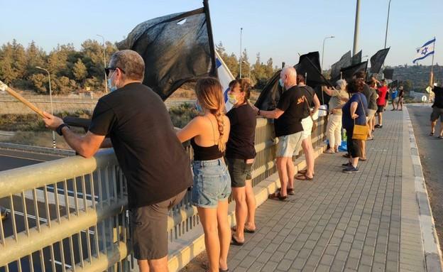 מחאת הדגלים השחורים בגשר הושעיה (צילום: מחאת הדגלים השחורים)