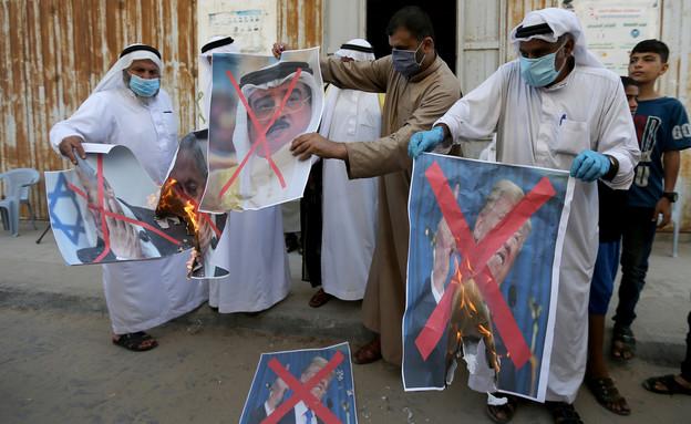 פלסטינים בעזה שורפים תמונות של מלך בחרין  (צילום: רויטרס)