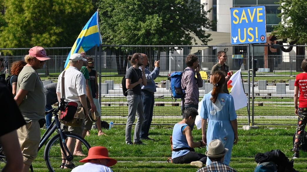 מפגינים שבדים בגרמניה בזמן פגישת קנצלרית גרמניה עם (צילום: JOHN MACDOUGALL, AFP)