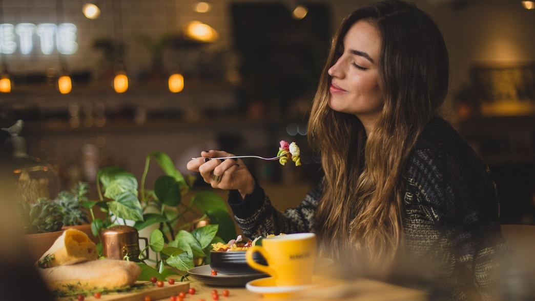 אישה יפה אוכלת  (צילום: pablo-merchan-montes-on-unsplash)