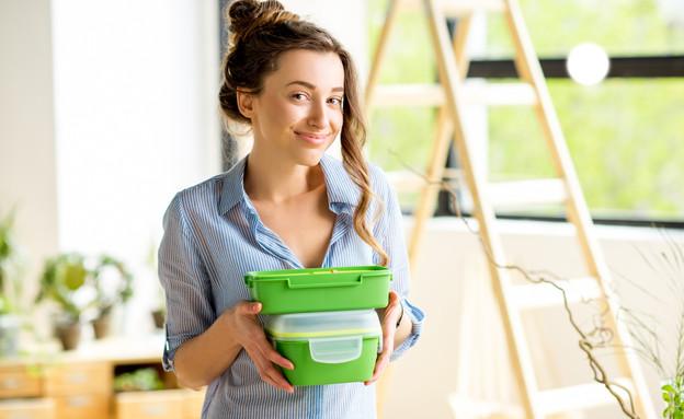 אישה עם קופסאות פלסטיק (צילום:  RossHelen, Shutterstock)
