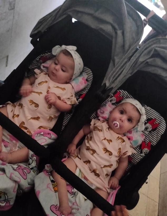 התאומות שסבלו ממחלה ניוונית קשה וטופלו בבית חולים וולפסון (צילום: אלון חן)