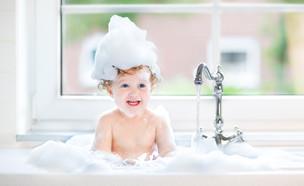 ילד באמבטיה (צילום: shutterstock By FamVeld)