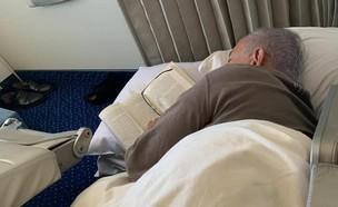 נתניהו ישן בטיסה חזור