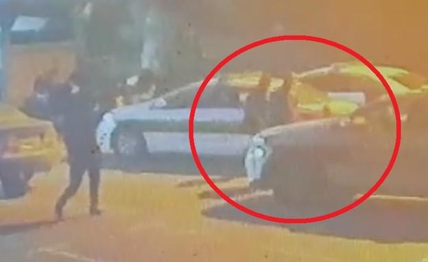 אזרח תקף שוטרים במשטרת אופקים (צילום: מצלמות אבטחה)