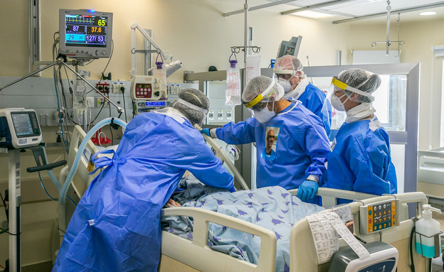 טיפול בחולה קורונה בבית החולים איכילוב (צילום: יוסי אלוני, פלאש 90)