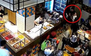 """תיעוד: מותקף במסעדה בת""""א בגלל שלקח קציצה מבלי לשלם"""