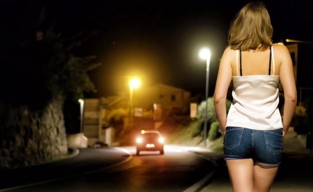אישה ברחוב (צילום: shutterstock | Dmitri Ma)