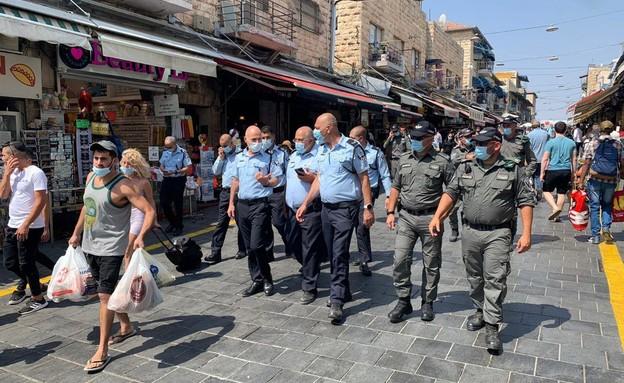 מפקד מחוז ירושלים במשטרה בסיור בשוק מחנה יהודה (צילום: רון ירקוני יחסי ציבור)