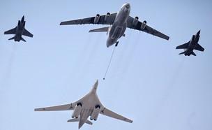 מטוס המפציץ במבנה (צילום: OXANA ONIPKO/AFP, GettyImages)