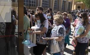תור לבדיקות קורונה במדריד (צילום: Paul White, AP)