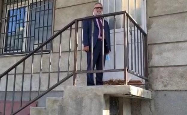 """עו""""ד מרדכי ציבין סמוך לבית המעצר של הבנות"""
