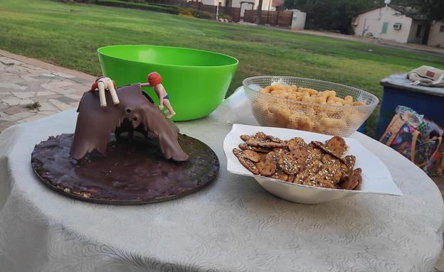 נועה מכינה עוגת יומולדת (צילום: עצמי)