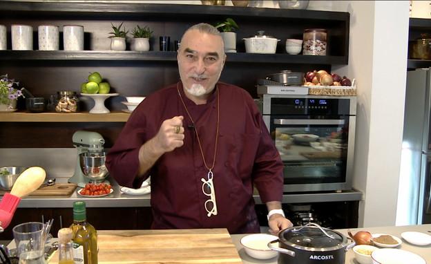 """שאול בן אדרת מבשל טבית וקובה (צילום: מתוך """"ישראל מבשלת ביחד"""", קשת 12)"""