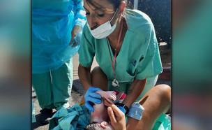 """לא הספיקה להגיע לבית החולים וילדה על הכביש (צילום: מתוך """"חדשות הבוקר"""" , קשת 12)"""