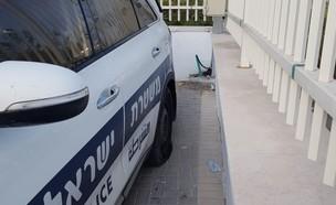 צמיגי הרכב שנוקבו (צילום: דוברות המשטרה)