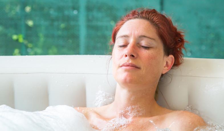 אישה באמבטיה (צילום: shutterstock / pixinoo)
