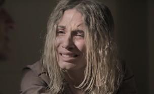 """שלומי מתעמת עם אתי במעצר (צילום: מתוך """"אתי אלון – האישה שגנבה 250 מיליון"""", קשת 12)"""