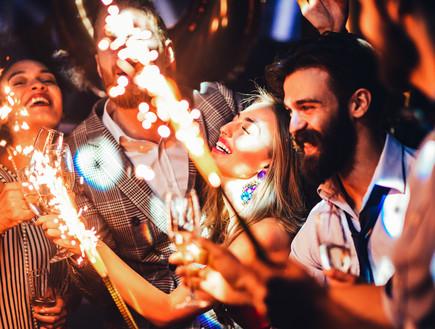 מסיבה עם זיקוקים (צילום: shutterstock_By bbernard)