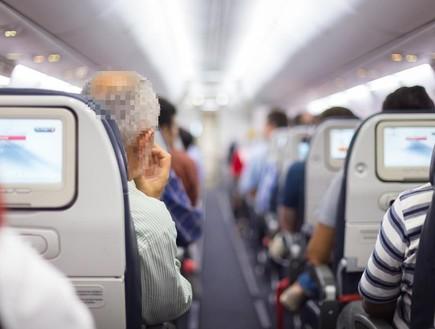 נוסע במטוס (צילום: shutterstock)