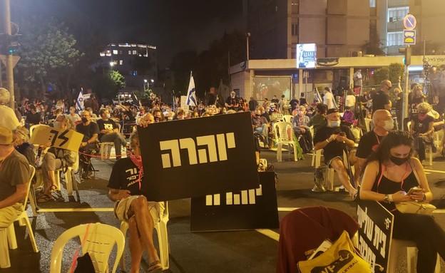 הפגנה בבלפור מאות בני אדם שיושבים על כיסאות במרחק 2 מטרים (צילום: החדשות 12)