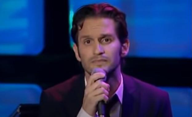 """גורי אלפי מבצע את """"האם זה עושה אותי גיי"""", מתוך מצב (צילום: צילום מסך מתוך התוכנית """"מצב האומה"""")"""