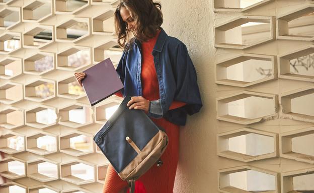 סטודנטית עם מחשב של לנובו (צילום: LENOVO)