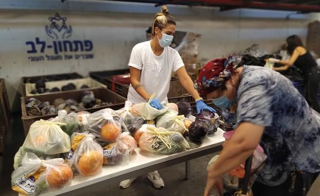 """חלוקת סלי מזון לקראת החג בעמותת """"פתחון לב"""" (צילום: פתחון לב)"""
