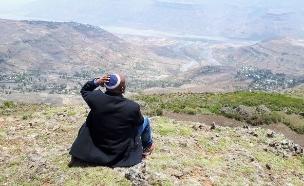 """אחד מחברי הקהילה הנסתרת מאתיופיה משקיף על הכפרים היהודים בעמק (צילום: באדיבות ד""""ר מלכה שבתאי)"""